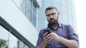 Un hombre está caminando mientras que escoge un número almacen de video