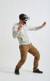 Un hombre está luchando en la realidad virtual 3d Imagen de archivo libre de regalías