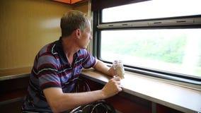 Un hombre está montando en un restaurante del tren almacen de metraje de vídeo