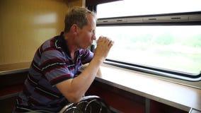 Un hombre está montando en un restaurante del tren metrajes