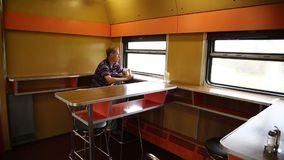 Un hombre está montando en un restaurante del tren almacen de video