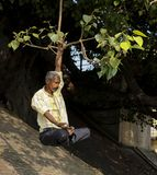Un hombre est? practicando yoga en el Ganges imagenes de archivo