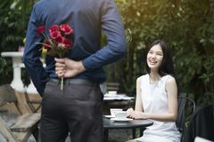 Un hombre está proponiendo boda a una mujer sonriente imágenes de archivo libres de regalías
