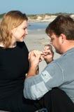 Un hombre está proponiendo a su muchacha Foto de archivo