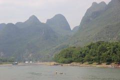 Un hombre está remando en el río de Li Fotografía de archivo