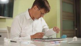 Un hombre está reparando un ordenador portátil El concepto de reparación del ordenador Ciérrese para arriba de la placa madre del metrajes