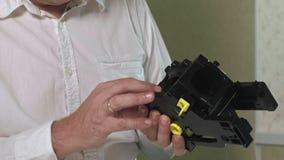 Un hombre está reparando una unidad de café-fabricación de una máquina del café, taller de reparaciones de los fabricantes de caf metrajes