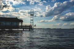 Un hombre está saltando de una torre foto de archivo libre de regalías