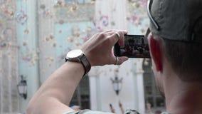 Un hombre está tomando el vídeo de los fanáticos del fútbol de Argentina del mundial del fútbol