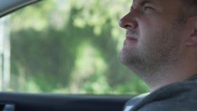 Un hombre est? conduciendo un coche almacen de metraje de vídeo