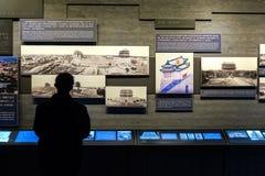 Un hombre examina una presentación de la información dentro del museo de la torre de la flecha de Zhengyangmen, Pekín Imagenes de archivo