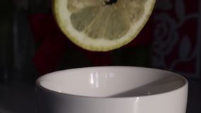 Un hombre exprime el jugo de limón en una taza El limón está fresco y jugoso, puede ser visto como los goteos del jugo en la taza metrajes