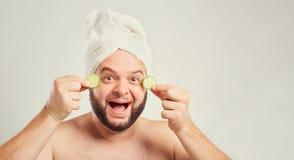 Un hombre gordo divertido con una barba en el salón del balneario foto de archivo