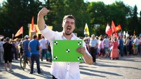 Un hombre grita y agita en una reunión política Mira la cámara lenta de la cámara almacen de video