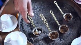Un hombre hace el café turco metrajes