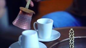 Un hombre hace el café turco almacen de metraje de vídeo