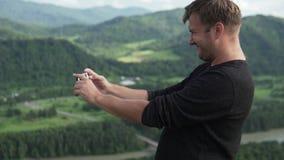 Un hombre hace en el teléfono una foto de la naturaleza del verano Altai almacen de video