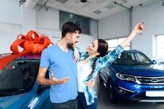 Un hombre hace un regalo - un coche a su esposa Foto de archivo