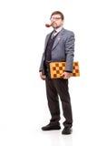 Un hombre hermoso en un traje y vidrios, con ajedrez y un tubo para Fotos de archivo
