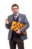 Un hombre hermoso en un traje y vidrios, con ajedrez y un tubo para Fotografía de archivo libre de regalías
