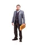 Un hombre hermoso en un traje y vidrios, con ajedrez y un tubo para Imagen de archivo libre de regalías