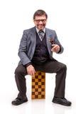 Un hombre hermoso en un traje y vidrios, con ajedrez y un tubo para Foto de archivo