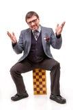 Un hombre hermoso en un traje y vidrios, con ajedrez y un tubo para Fotografía de archivo