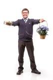 Un hombre hermoso en un traje y vidrios, con los dulces y las flores; W Fotografía de archivo libre de regalías