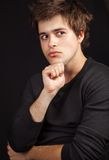 Un hombre hermoso joven que espera una idea Imagen de archivo libre de regalías