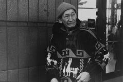 Un hombre inmigrante fuera de la estación de tren en Jackson Heights Imagen de archivo