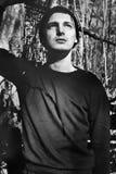 Un hombre joven al aire libre Foto de archivo