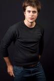 Un hombre joven atractivo hermoso en pantalones vaqueros Imagenes de archivo
