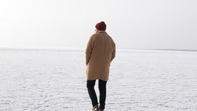 Un hombre joven camina en el hielo en invierno foto de archivo libre de regalías