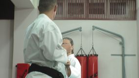 Un hombre joven con un cuerpo muscular y una mujer que practica los artes marciales Goju-Ryu Karate-hacen metrajes