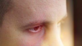 Un hombre joven con marrón observa la mirada al lado, un efecto del ordenador almacen de video