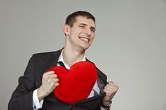 Un hombre joven con un corazón rojo Fotografía de archivo libre de regalías