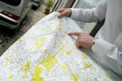 Un hombre joven con un mapa de Lisboa Imagen de archivo