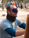 Un hombre joven con un vendaje sobre el suyo observa y boca abierta Imagen de archivo