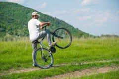 Un hombre joven con una bicicleta Foto de archivo libre de regalías