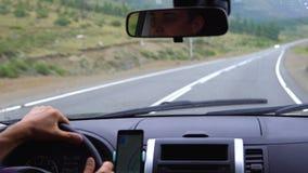 Un hombre joven conduce un coche metrajes