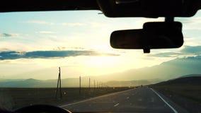 Un hombre joven conduce un coche almacen de video