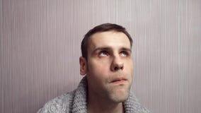 Un hombre joven de pensamiento cerca de la pared El filósofo de sexo masculino reflexiona la idea metrajes