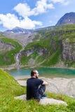 Un hombre joven en el lago alpino imagen de archivo libre de regalías