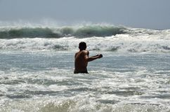 Un hombre joven en el océano Fotografía de archivo