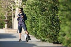 Un hombre joven en un exterior parado monocycle fotografía de archivo