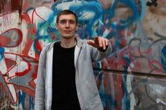 Un hombre joven en un hip-hop de la sudadera con capucha Imagen de archivo libre de regalías