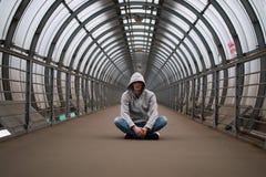Un hombre joven en un hip-hop de la sudadera con capucha Fotografía de archivo