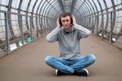 Un hombre joven en un hip-hop de la sudadera con capucha Fotos de archivo