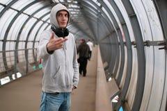 Un hombre joven en un hip-hop de la sudadera con capucha Fotografía de archivo libre de regalías