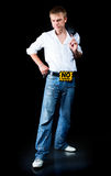 Un hombre joven en pantalones vaqueros Imagen de archivo libre de regalías